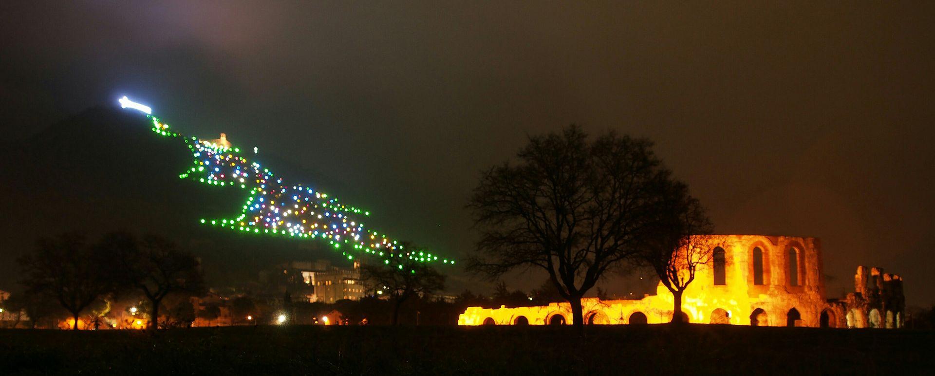 Il teatro romano di Gubbio ai piedi dell'Albero di Natale più grande del mondo Adri08 - Opera propria